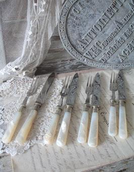 Dekoratives altes Dessert Besteck mit Perlmuttgriff England