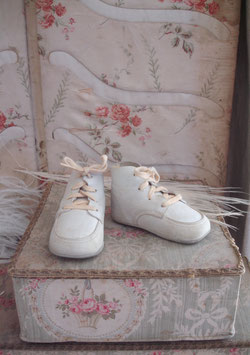 Zauberhaft dekorative antike Babyschuhe