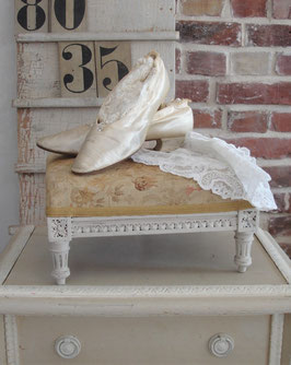 Shabby: Zauberhafter alter Fußschemel