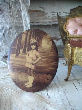 Süßes antikes Metall Sepia Mädchenbild Frankreich 1900