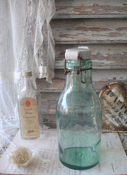 Antike große Bügelflasche mit Porzellandeckel Frankreich
