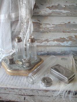 Zauberhaftes Boudoir Set alter Flakons + Dose Frankreich