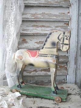 Shabby: Altes Holzpferd auf Rollen