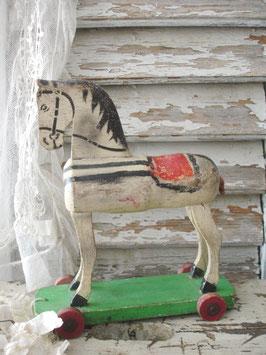 Shabby: Wunderbares kleines Holzpferd auf Rädern