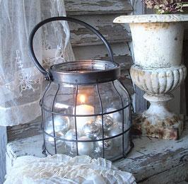 Shabby: Dekoratives Windlicht aus Glas + Metall
