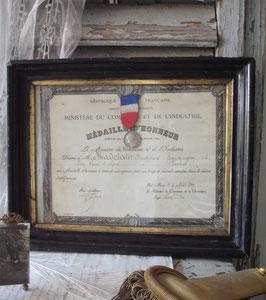 Antike Auszeichnung mit Medaille gerahmt von 1923