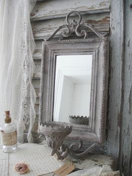 Shabby: Dekorative Wandspiegel mit Kerzenständer