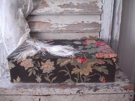 Shabby: Alte florale Stoffschachtel aus Frankreich