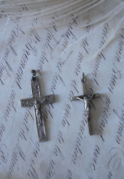 Shabby: Zwei alte religiöse Anhänger Kreuze aus Frankreich