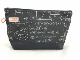 Kulturtasche Mathe auf schwarz