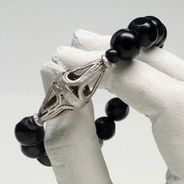 Schwarze Muschel mit durchbrochener antiker Silberperle