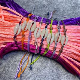 Armband mit Kaurimuschel und Rauchquarz, Nylonkordel