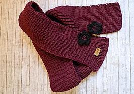 Dunkelroter Schal mit Häkelblüten