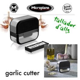 Microplane Garlic Cutter . Ratllador d'alls // Rallador de Ajos.