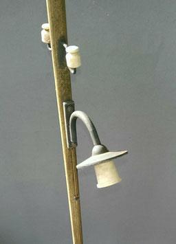 Mast mit Laterne und Isolatoren
