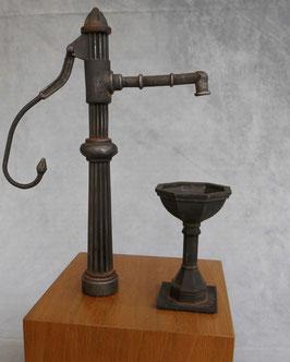 Schwengelpumpe mit Brunnen