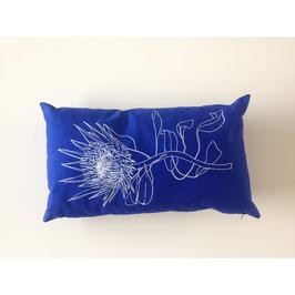 30x50cm Kissen Wildrhubarb - Protea auf blau