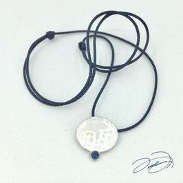 Nylonkette dunkelblau mit Silberanhänger oval und Saphir Cabochon