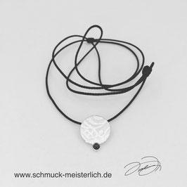 Kette mit Silberanhänger rund und Saphir-Cabochon an Nylonkette dunkelblau