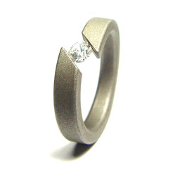 ANILLO DISPONIBLE EN TITANIO, ORO O PLATINO CON DIAMANTE EN TENSION