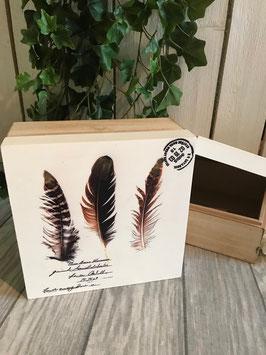 Holzbox mit Federmotiv