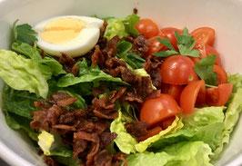 Ceasar Salat mit Datteltomaten, gebratenem Speck, Hähnchenbruststreifen und Ei