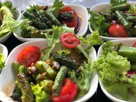 Blattsalat mit gebratenem grünen Spargel