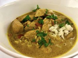 Putenfleisch in Currysoße auf Basmatireis (Putencurry) und Gurken-Radieschensalat