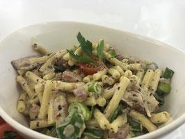 Schinken-Makkaroni mit Käsesoße und gemischten Salat