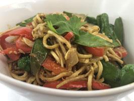 Gebratene Nudeln mit mediterranem Gemüse und Zwiebeln, Salatbeilage
