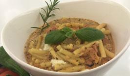 Makkaroni mit Tomaten-Mozzarella Creme und Insalata Mista