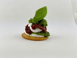 Tomaten-/Basilikum Türmchen auf Cracker