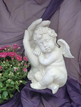 Polystone Engel in schützender Hand