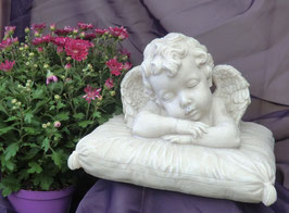 Polystone Engel schlafend auf Polster