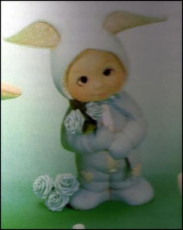 Kind im Hasenanzug stehend