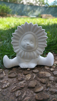 Kleines Sonnenblumenkind Flora sitzend
