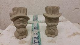 Hasenmädchen Mascherl und Hasenjunge Hüti mit Zylinder