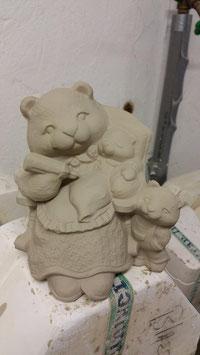 Bärenmutter Cloé mit Kindern im Sessel