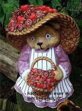 Bärenfrau mit Hut und Rosenkorb
