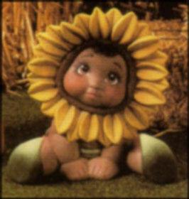 Sonnenblumenkind Karla sitzend