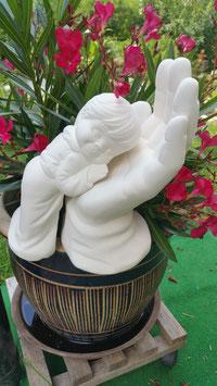 große Hand Gottes mit angeschmiegtem Jungen