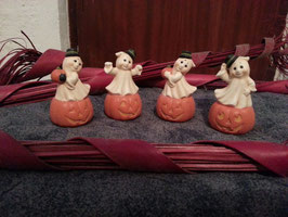 4 kleine Geister mit Hut auf Kürbis
