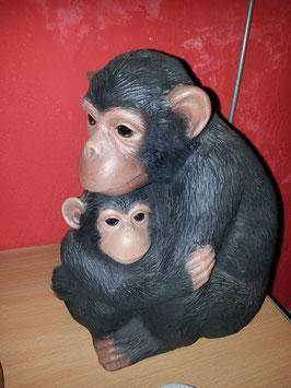großer Schimpanse mit Jungem