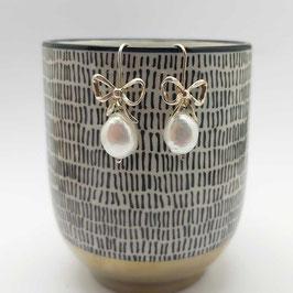 Oorbellen zilveren strikjes met barok parel