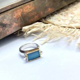 ring zilver met gouden zetting, en rechthoekige doublet opaal uit Australië