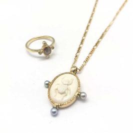 Hanger(excl collier) goud met camee scarabee gemaakt van been, en zoutwater parels
