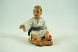 Ref.:2030 Niño sentado