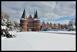Holstentor im Winter, Motiv: 0621, in einem Massivholzrahmen