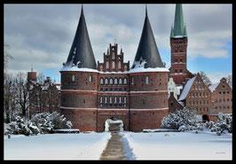 Holstentor im Winter, Motiv: 0631, in einem Massivholzrahmen