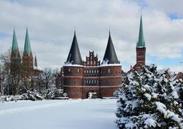 Holstentor im Winter, Motiv: 0633, auf einen Trägerrahmen gespannt